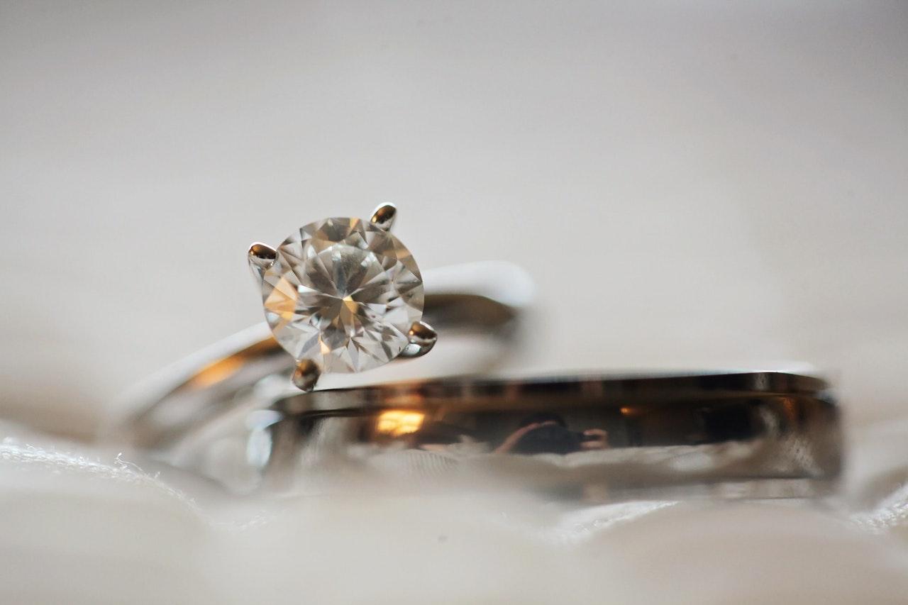 訂婚戒指與一般結婚戒指有什麼區別
